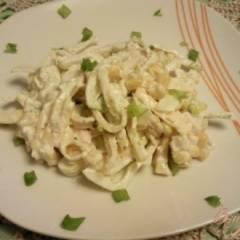 Куриный салат с омлетом и кукурузой