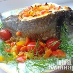 Дорадо запеченная на овощной подушке, под чесночным соусом