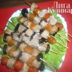 Шашлычок из куриного филе с черносливом, курагой и помидорами черри
