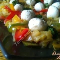 Теплый салат из сладкого перца и моцареллы