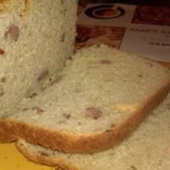 Хлеб с копчеными колбасками сыром и чесноком