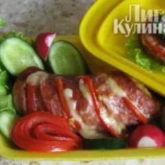 Колбаса, запеченная с помидорами и сыром