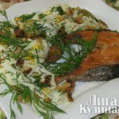Жареная нерка с салатом из капусты и грецкими орехами