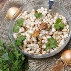 Салат из белой фасоли, лука и орехов
