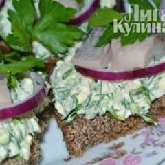 Бутерброды  с сельдью на подушке из яиц и зеленого лука