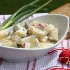 Немецкий картофельный салат с редисом и маринованными огурчиками