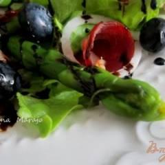 Салат с зеленой спаржей, утиной грудкой и черникой