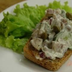 фото рецепта Сельдь на ржаных тостах (со сметаной)