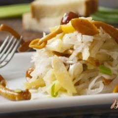 Салат из квашеной капусты с маринованными опятами