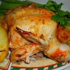 Цыпленок в сметанно-томатном соусе, запеченный в рукаве с картофелем