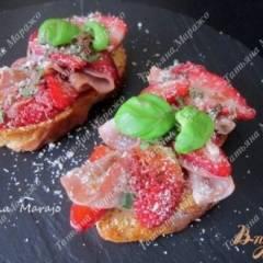Теплые тосты с клубникой и сухой ветчиной