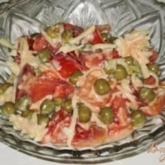 Салат из овощей с зеленым горошком и сыром