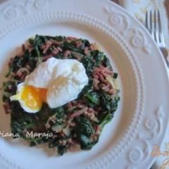 Теплый салат из шпината с беконом и яйцом пашот