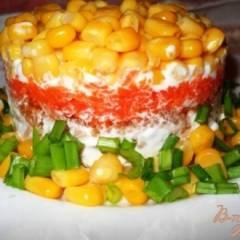 Слоеный салат с тунцом и кукурузой