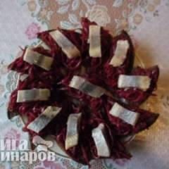 фото рецепта Пикантные бутерброды со свеклой и сельдью