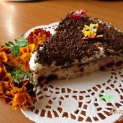 Пирог шоколадно-ягодный с орехами и меренгой