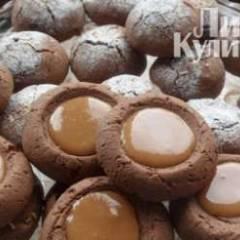 """фото рецепта Шоколадное печенье с конфетами """"Коровка"""""""
