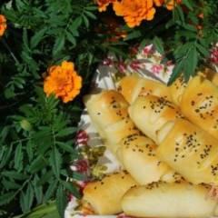 Трубочки с сыром и копчёными колбасками.