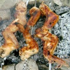 Шашлык из куриных крыльев в горчичном маринаде с кунжутом
