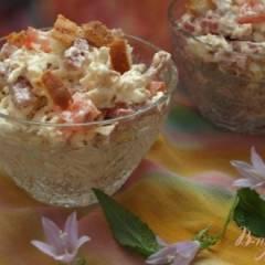 фото рецепта Салат с колбасным сыром и сухариками