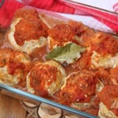 Куриные тефтели с творогом и цуккини под томатным соусом