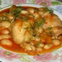 Курица с фасолью в томатно-чесночном соусе.