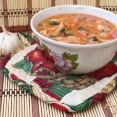 Томатный суп с лапшой и ветчиной
