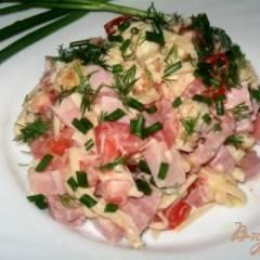 Салат из ветчины, сыра и помидор