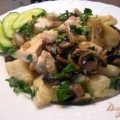 Картофельные галушки с курицей и грибами