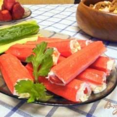 Рулетики из крабовых палочек с сыром и помидорами.