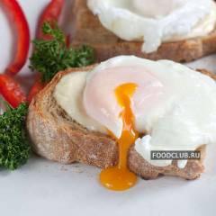 Тосты с яйцом-пашот и моцареллой