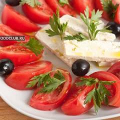 Салат из розовых помидоров с брынзой