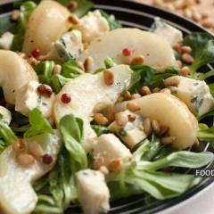 фото рецепта Салат с грушей и голубым сыром