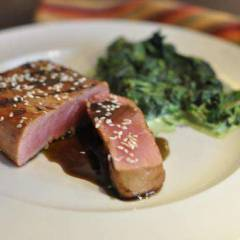 фото рецепта Стейк из тунца в гранатовом соусе со шпинатом