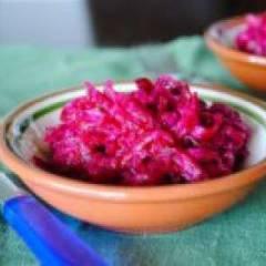 Салат из свежей сырой свеклы с чесноком, сыром