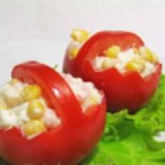 Салат с яйцом, луком, кукурузой и помидорами