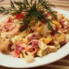 Салат с сухариками, кукурузой, колбасой