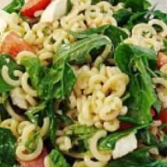 Итальянский салат с макаронами и моцареллой