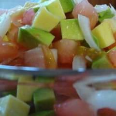 Салат с авокадо, курицей, помидорами и огурцом