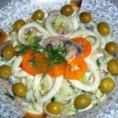 Салат с кальмарами, грибами и огурцами