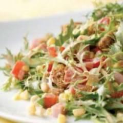 Салат с кириешками, курицей, кукурузой и помидорами
