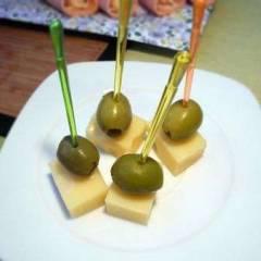 фото рецепта Канапе из оливок с сыром