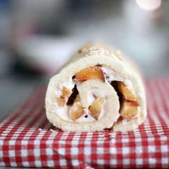 Бисквитный рулет со сливочным сыром и фруктами