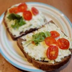 фото рецепта Сырно-чесночная закуска на хлеб с авокадо