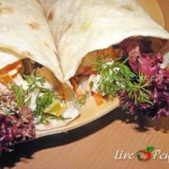Лаваш с куриным мясом и овощами