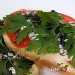 Бутерброды с луком, помидорами и зеленью