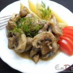 Свинина тушеная с грибами в сметане