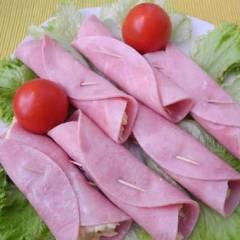 фото рецепта Рулетики из ветчины с сыром и чесноком