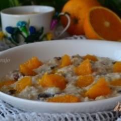 Овсяная каша с изюмом и кусочками апельсина