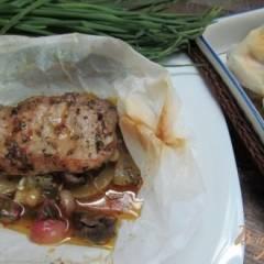 фото рецепта Свиной стейк с овощами в пергаменте